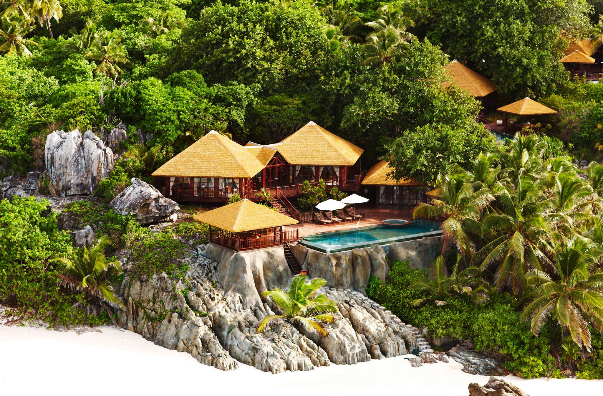 villa on the beach at Fregate with an infinity pool built into the granite boulders