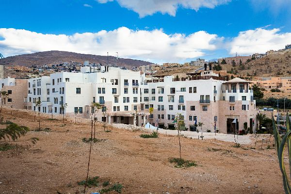 white hotel in the deserts of jordan on this Israel & Jordan holiday